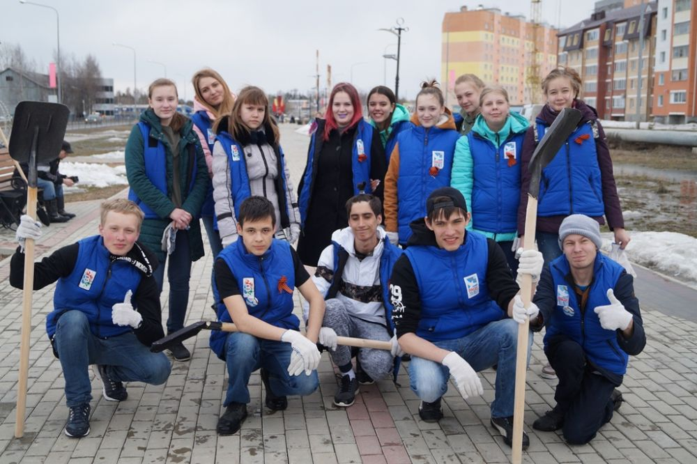 Волонтёры Победы Нягани и Дом молодёжи - лишь одна из сотен ячеек трудовых коллективов что вышли нынче в Югре на субботник