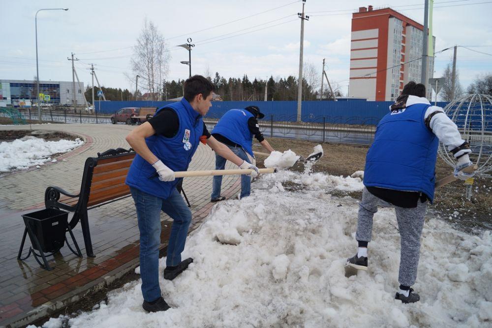 Местами еще лежит снег, но это субботнику не помеха. Ребята раскидывают кучи снега, чтобы он быстрее растаял