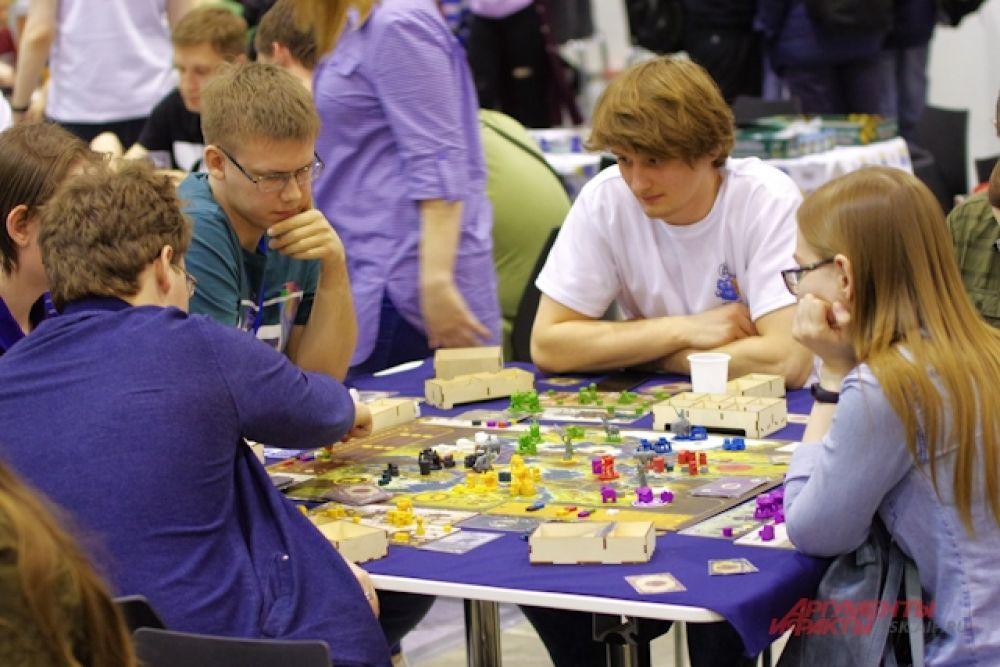 Столы оккупировали любители ролевых настольных игр.