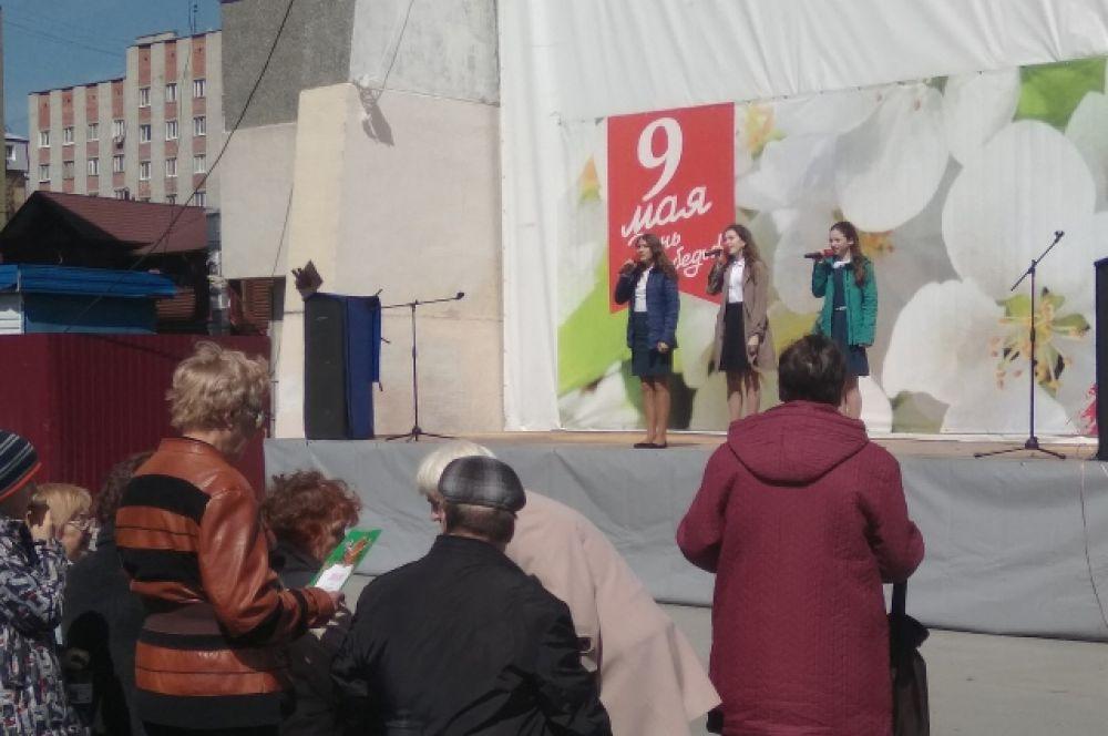 Ветераны и школьники микрорайона МЖК провели совместный концерт.