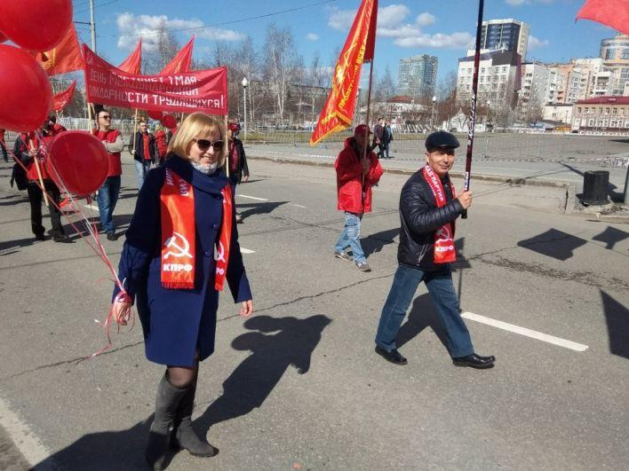С флагами и транспарантами вышли представители политических партий.