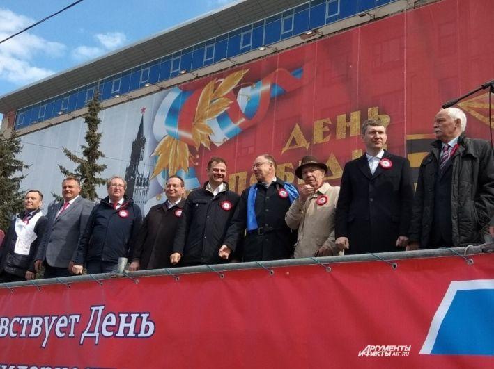 Губернатор, глава города Перми и другие ответственные лица по традиции приветствовали участников праздничного шествия с трибуны.