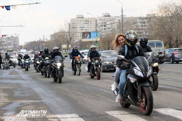 В Оренбурге в День Весны и Труда байкеры открыли мотосезон.