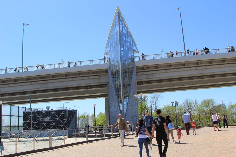 Лифт, перевозящий людей с Ворошиловского моста в парк и обратно. Когда выходишь внизу, то открывается вид на стадион Ростов Арена.
