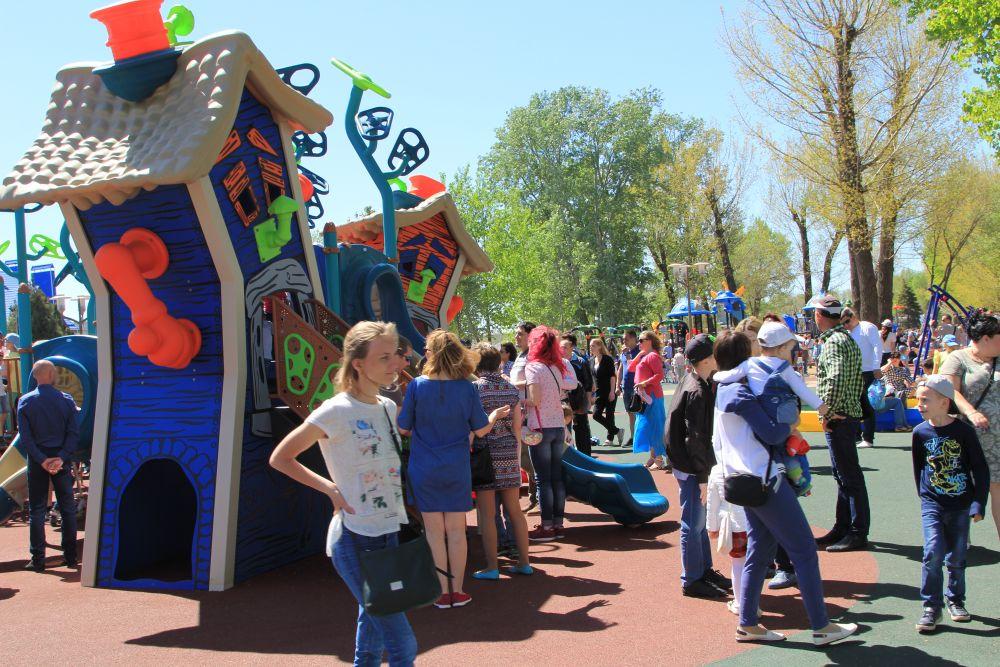 Общая площадь детских площадок составляет 4,6 тысяч кв. м., спортивных площадок – 13,6 тысяч кв. м. Площадь покрытия велодорожек составляет 4,4 тысяч кв. м.