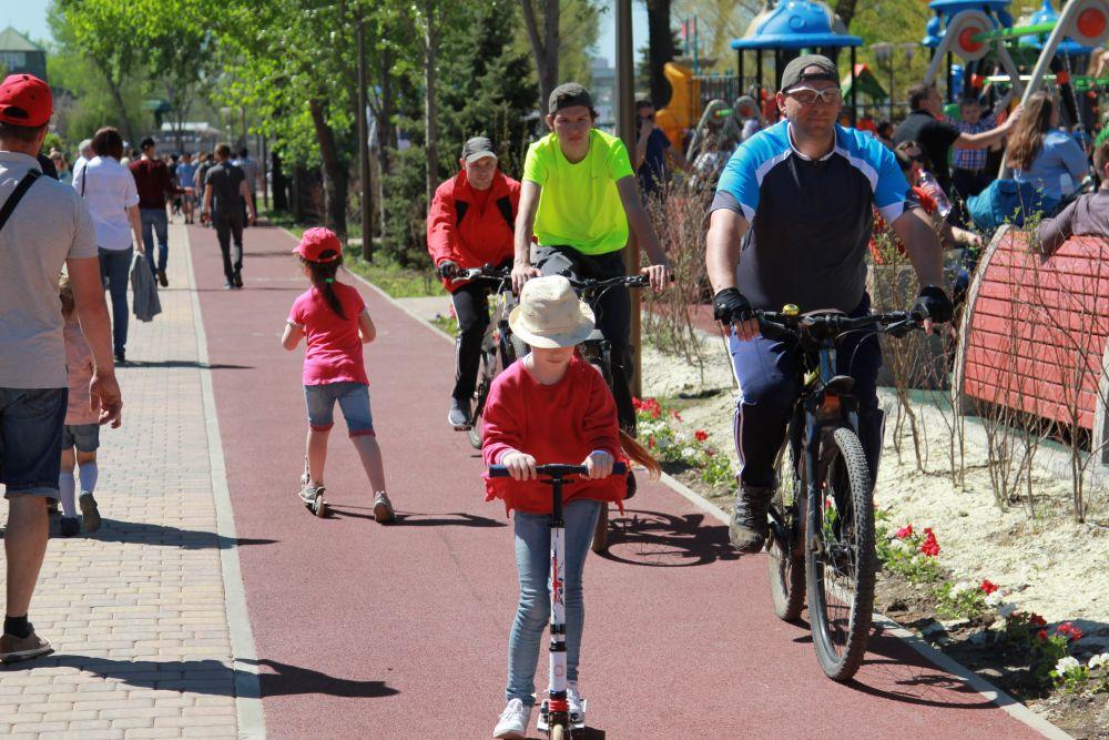 Двухполосная велодорожка обеспечивает пропускную способность 200-300 велосипедов в час. Кроме того, в парке «Левобережный» созданы все условия для маломобильных групп населения.