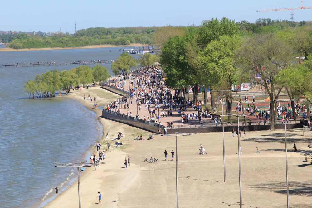 Парк во многом можно назвать уникальным и единственным в своем роде по оформлению и местоположению. На месте, где ранее рос камыш, теперь появились разнообразные зоны отдыха, проложены бульвары, тротуары, пешеходные дорожки, а также дорожки для велосипедистов.