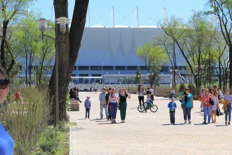 Новый стадион Ростов Арена как магнит притягивает взгляд. Все дороги ведут к нему.