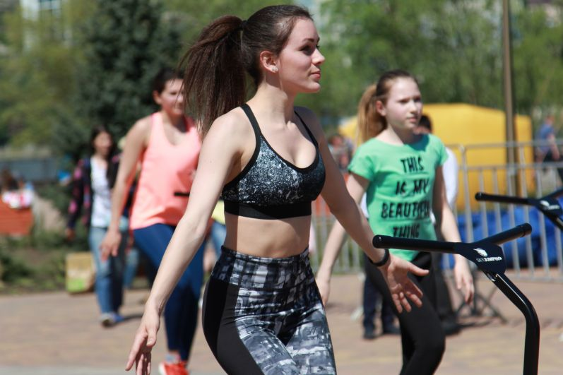 На различных спортивных площадках можно заниматься такими видами спорта, как пляжный волейбол, футбол, большой и настольный теннис, бадминтон.