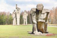 Памятники погибшим крошатся и порастают мхом - до этого властям Латвии мало дела.