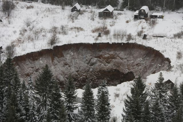 Размеры основной воронки, обнаруженной три с половиной года назад, сегодня составляют 152×183 метра.