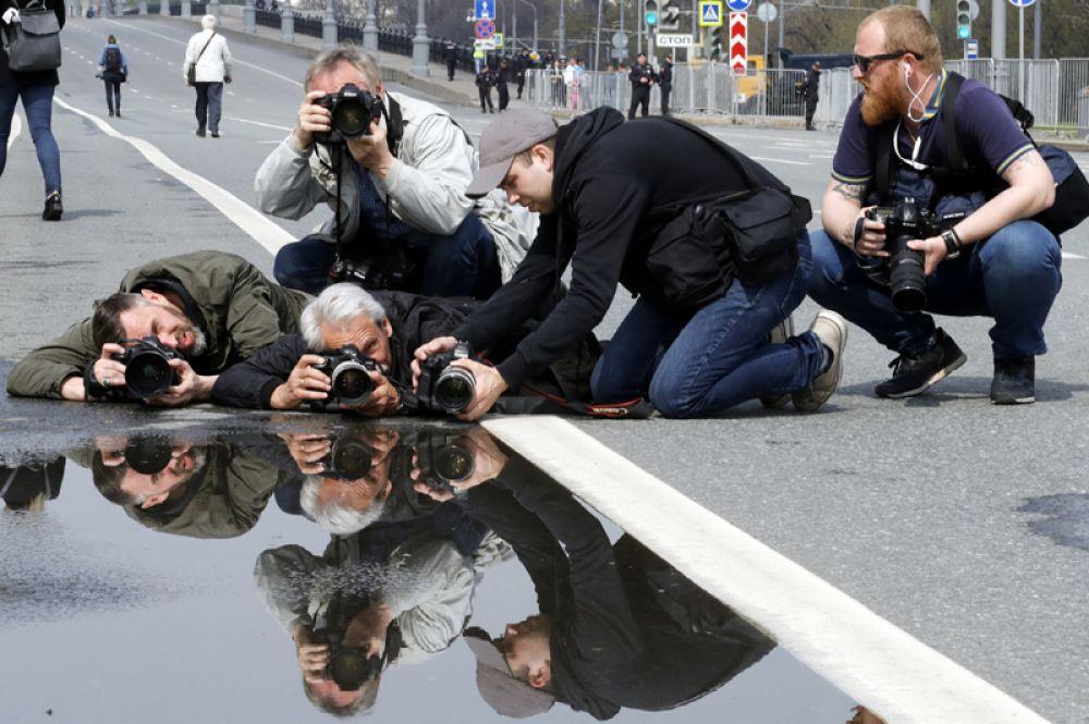 Фотографы во время первомайской демонстрации в центре Москвы, Россия.