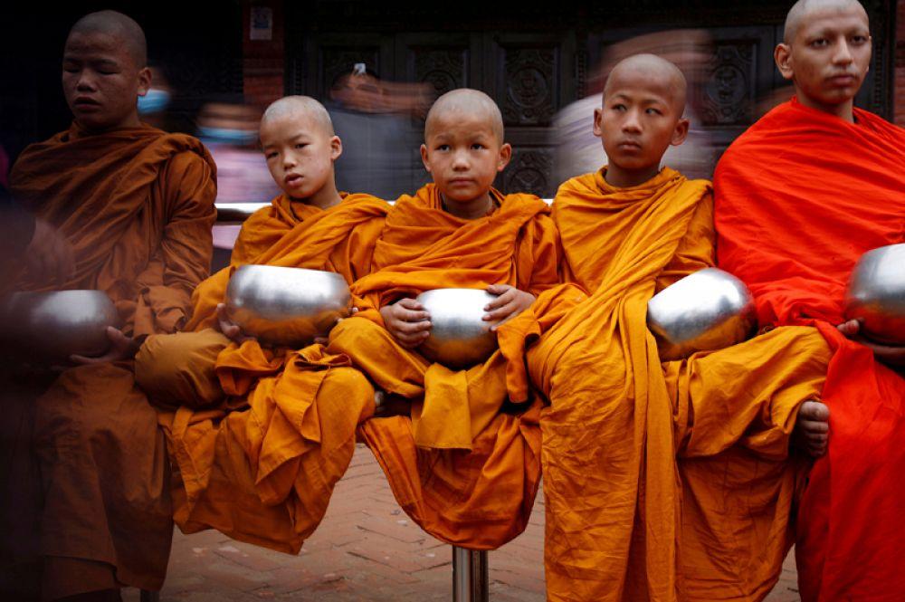 Буддийские монахи во время праздника Весак в Катманду, Непал.