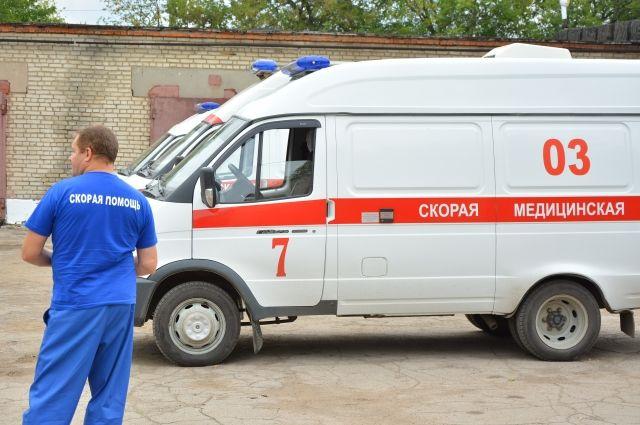 Скорая помощь увезла мужчину в больницу.