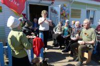пожилые люди всегда вместе, им скучать некогда: под руководством директора то к концерту готовятся...