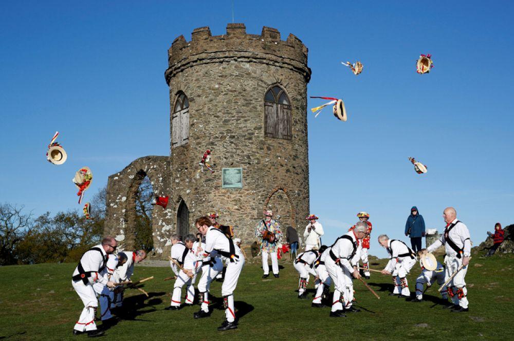 Празднование первого мая в парке Брэдгейт в деревне Ньютаун Линфорд, Великобритания.