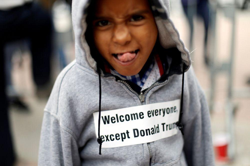 Ребенок из числа мигрантов из Центральной Америки на контрольно-пропускном пункте Сан-Исидро между США и Мексикой. Мигранты потребовали от президента США Дональда Трампа предоставить им убежище.