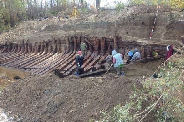 Исследовав древесину, учёные выяснили, что возраст судна - свыше 200 лет.