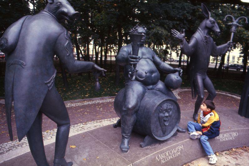 Скульпутрная композиция «Дети — жертвы пороков взрослых». Самый скандальный памятник Шемякина был установлен в 2001 году на Болотной площади в Москве. Он состоит из 15 скульптур: в центре композиции — двое детей с завязанными глазами, у ног которых лежат книги Пушкина, а фигуры окружают 13 «взрослых» пороков.