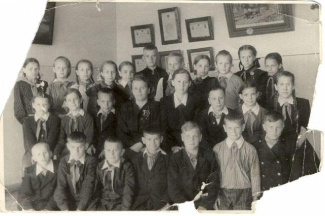 Краснофлотские школьники, выросшие в военное время. Борис Николаевич - третий справа в нижнем ряду.