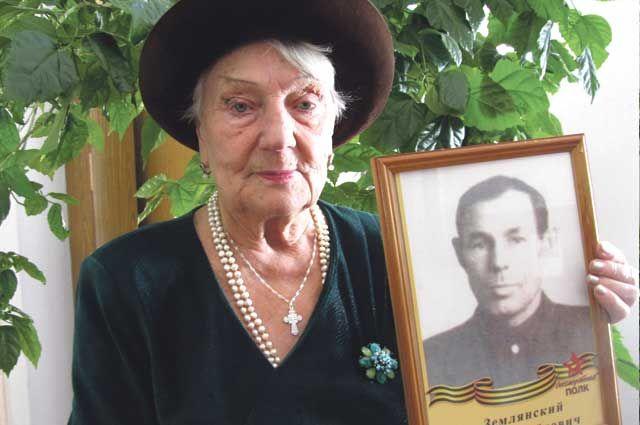Каждый год Нина Землянская в рядах «Бессмертного полка»  несёт портрет своего отца – участника войны.