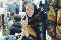 Мать Арсения ищет хозяев для животных в Интернете и на рынке.