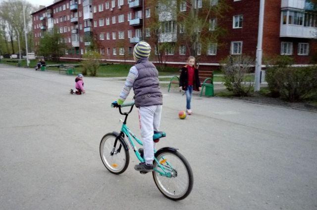 Управлять велосипедом на проезжей части разрешается только с 14 лет.