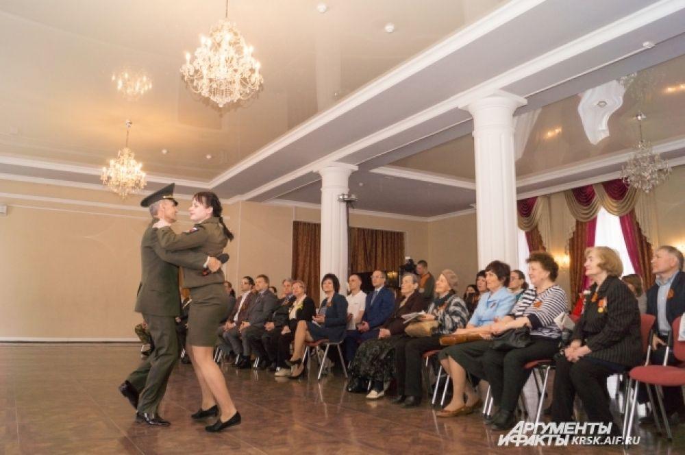 Майский вальс в исполнении автора-исполнителя, полковника Вадима Черкас.