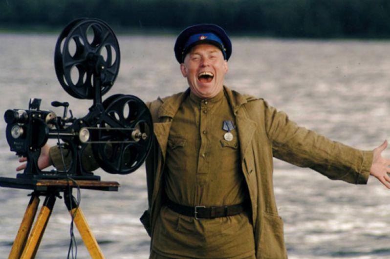 """«Агитбригада """"Бей врага!""""» (2007). Фильм о войне, но рассказывает он о том, что происходило далеко от фронта. В Сибири была организована агитбригада «Бей врага!» — группа артистов, контуженый солдат и кинопередвижка. Они плывут по большой реке, останавливаются в поселках, показывают фильмы и дают концерты, чтобы хоть как-то поддержать людей, которые отправили своих родных в армию и уже получают похоронки. Сценарий этой картины режиссер Василий Мельников («Начальник Чукотки», «Семь невест ефрейтора Збруева», «Выйти замуж за капитана») написал на основе книги своих воспоминаний «Жизнь, кино»."""