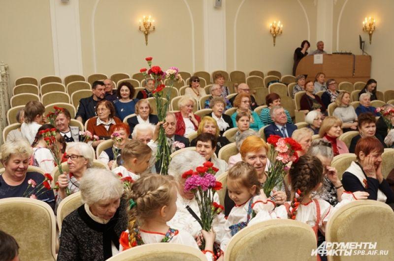 Дети подарили ветеранам цветы.