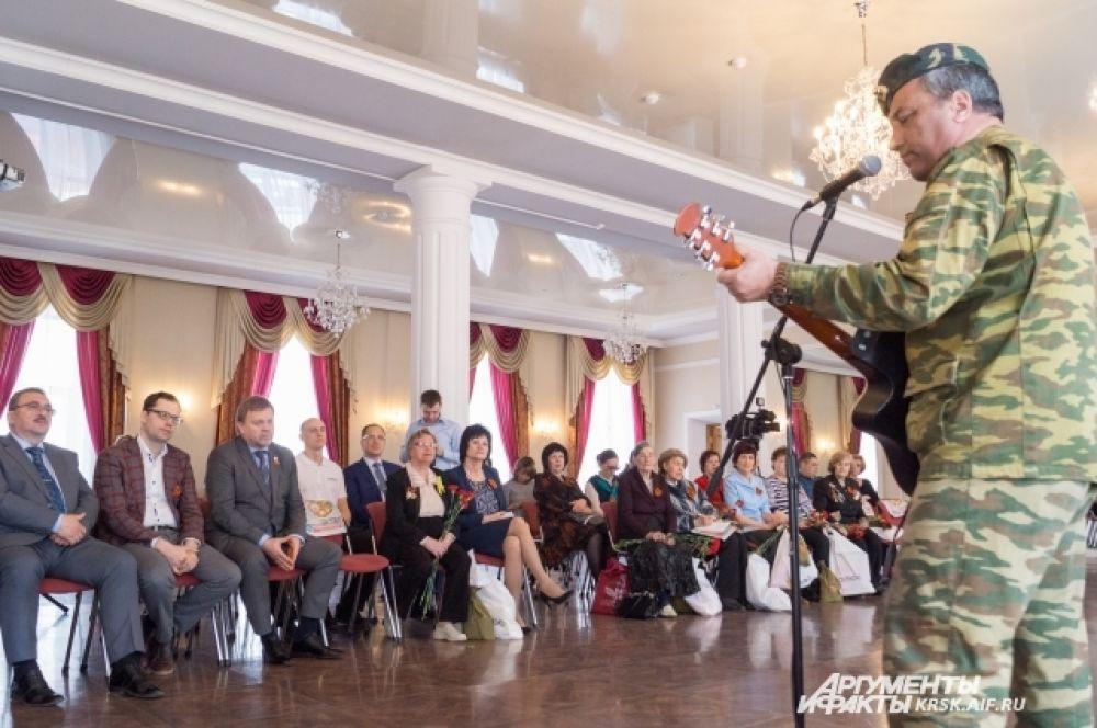 Песни военных лет представляет Зейнур Миналиев.