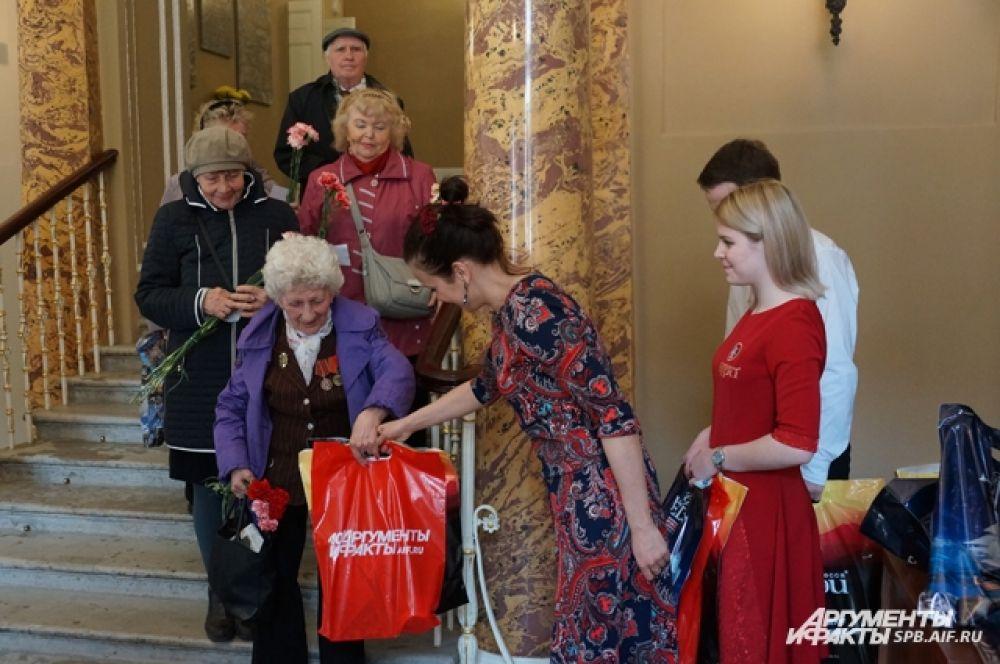 Всем ветеранам и блокадникам вручили подарки.