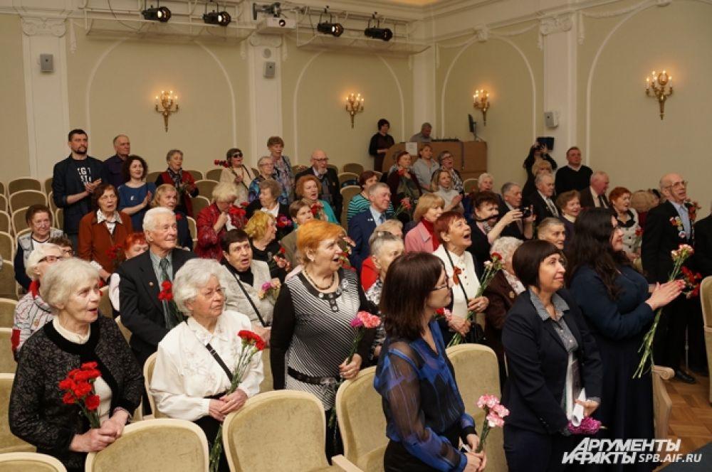 Артистам аплодировал весь зал.