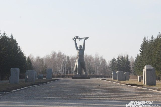 Парк Победы - это фактически две части: мемориал и рукотворный лес.