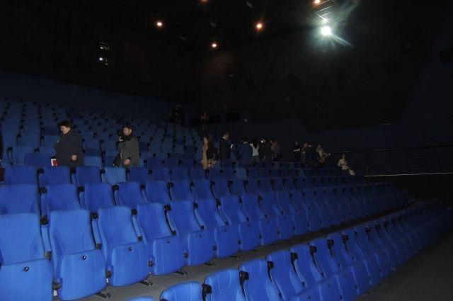 Зрительный зал пуст, так как кинотеатр закрыт.