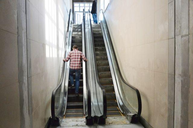 Наконец-то из-под земли пассажиров будут поднимать эскалаторы.