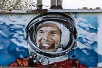 Житель Аксая подарил городу граффити исторических событий.