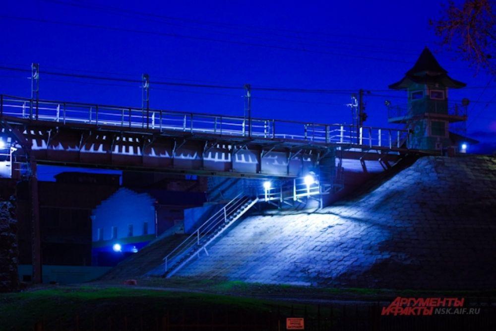 Особенно волшебно ночью смотрится въезд на мост и будка КПП, которая в это время суток выглядит как маленький замок из сказки.