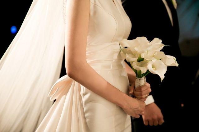Новобрачные после свадьбы случайно выбросили шкатулку сподаренными деньгами