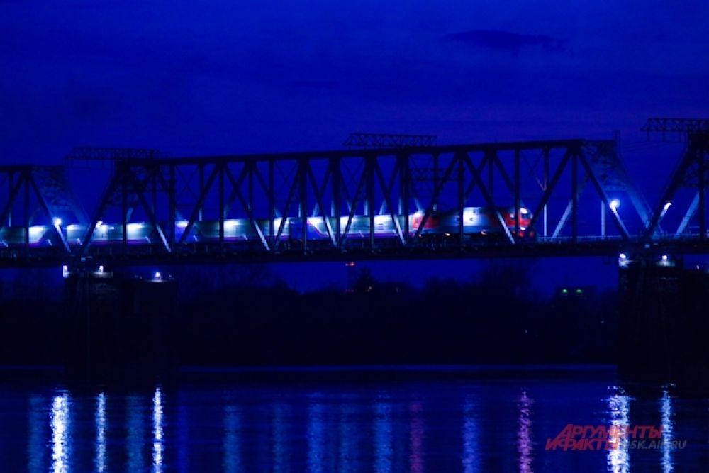 Плавучий фонтан на набережной пока не запущен, поэтому полюбоваться на финишной прямой променада пока можно идущими по железнодорожному мосту поездами.