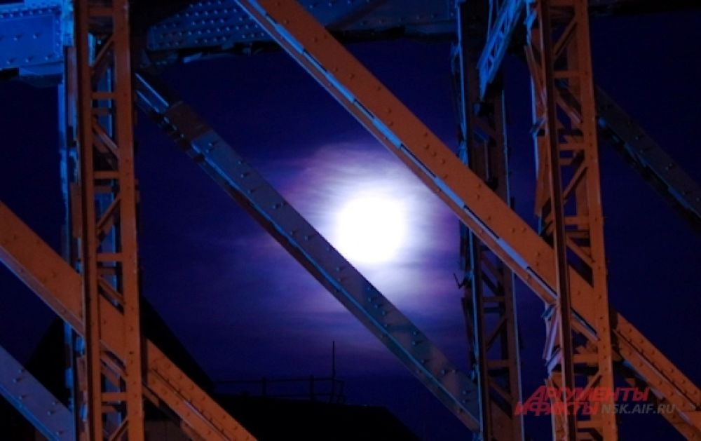 Из-за городских огней увидеть звезды на небе почти невозможно, а вот затмить луну они всё-таки не в силах.