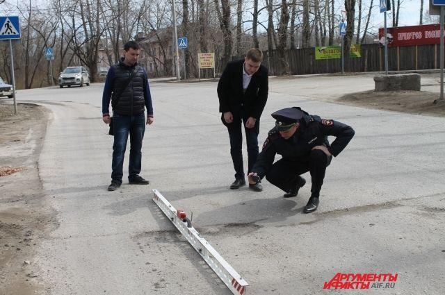 Активисты проекта «Дорожный вопрос» вместе с сотрудниками полиции проводят инспекцию дорог