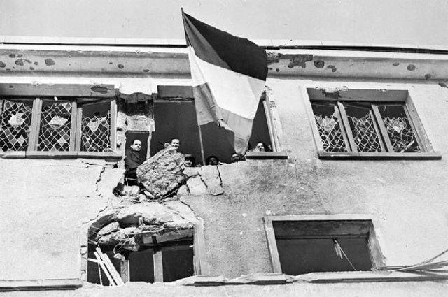 Флаг Люксембурга, развевающийся над больницей города Вильц после освобождения его частями 4-й бронетанковой дивизии США. 25 декабря 1944 года.