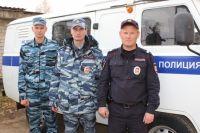 Трое сотрудников полиции быстро сориентировались и спасли мужчину и двух его внуков из горящего дома.