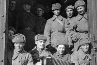 Бойцы Красной армии уходят на фронт.