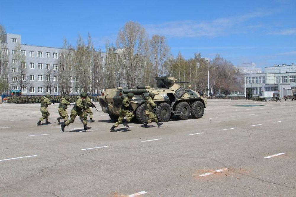 Другая группа бойцов на ходу десантируется из боевой машины.