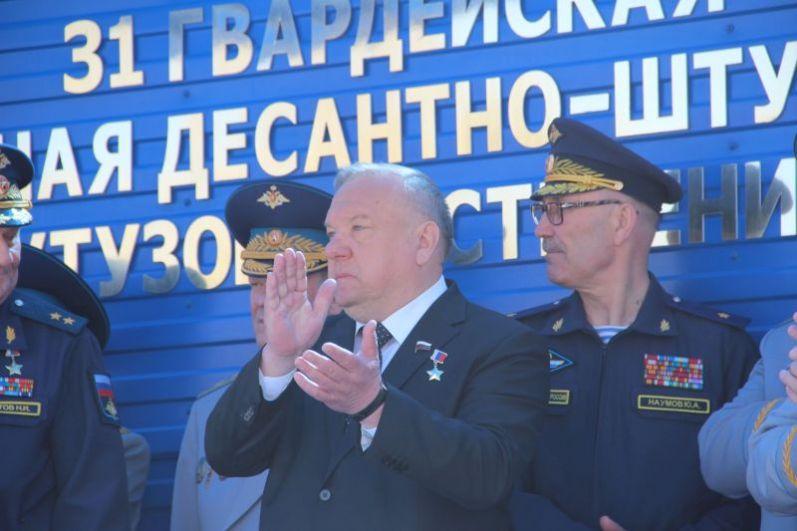 На трибуне - председатель комитета Государственной думы по обороне, в прошлом губернатор Ульяновской области Владимир Шаманов.