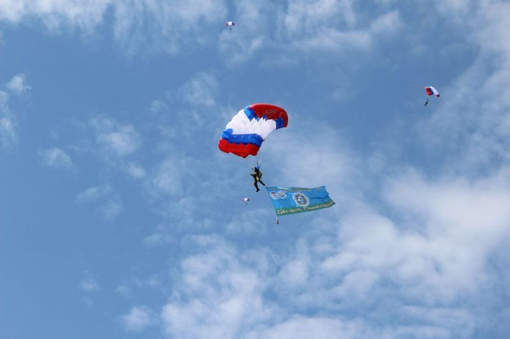 Наблюдаем приземление парашютистов.