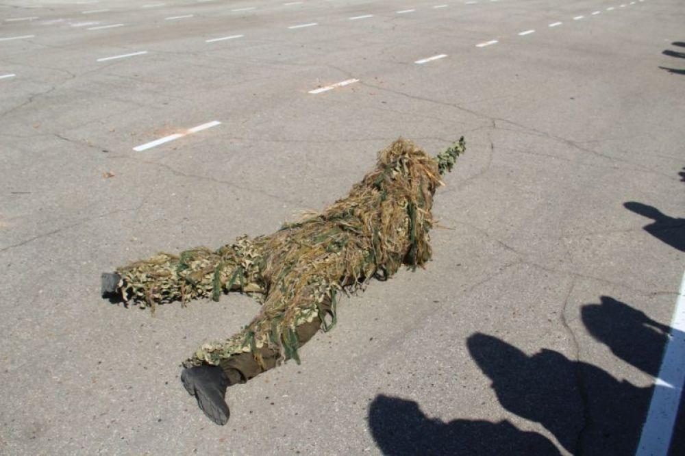 Снайпер ликвидирует лидера боевиков. У террористов - никаких шансов.