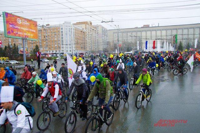 Велосипедисты не испугались ненастной погоды.